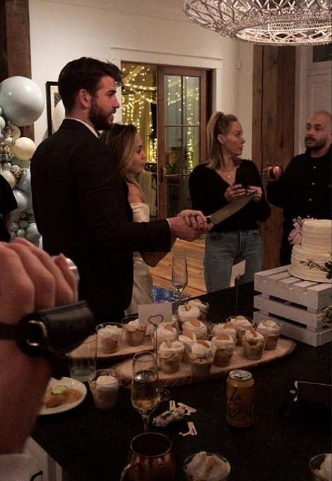 雷神弟牽麥莉「一起切白色蛋糕」 牆壁「Mr & Mrs」氣球洩漏超甜秘密♥