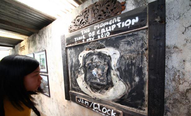 印尼最簡陋博物館超震撼 展出物「全覆蓋厚厚灰塵」看板只有幾字:停留在當時火山噴發瞬間...