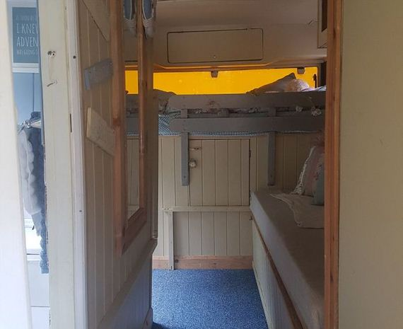買不起房...年輕夫妻花4萬買老公車 改裝成移動小屋「華麗內部根本是《霍爾的移動城堡》」!