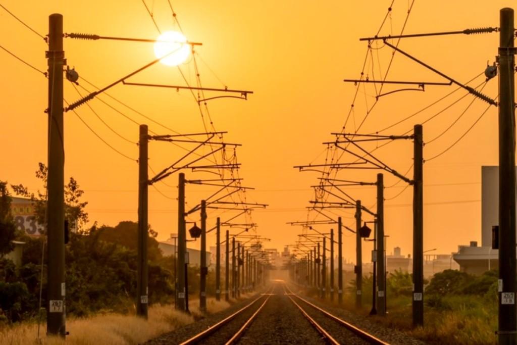男大生根本現代后羿!追火紅太陽7個月 拍下「傳說等級」火車從太陽開出畫面...太震撼!