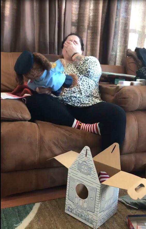 60天前失去當警察的兒子 女兒驚喜送上「一卡紙箱」竟傳出最熟悉的聲音!