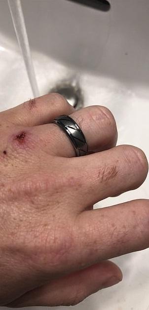 暖老公每週「洗結婚戒指」 提醒自己「老婆是世界的中心」...回家累成狗也要陪她看電視!