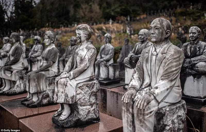 日本「放滿800座雕像」的詭異花園 攝影師拍照卻被涼到發抖:它們一直盯著我...