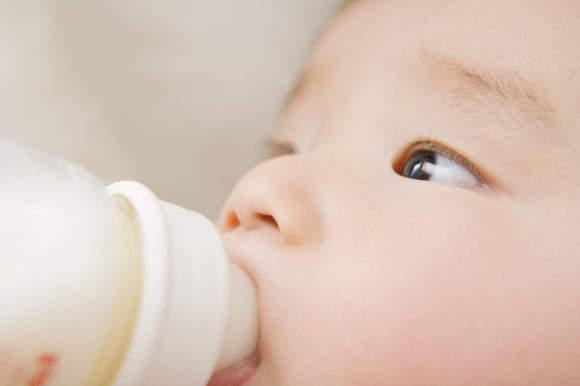 新手爸媽「把奶粉錢拿去課金」 1歲小孩餓到沒心跳冷回:他這麼快就掰了喔?