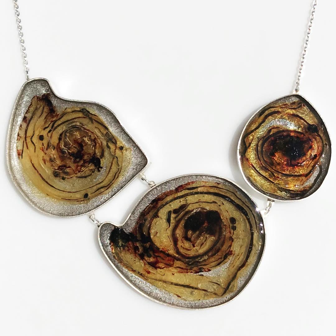 想留臍帶卻「黑黑一坨超噁」!珠寶設計師打造「超狂母愛飾品」 瞬間變超炫爛琥珀項鍊