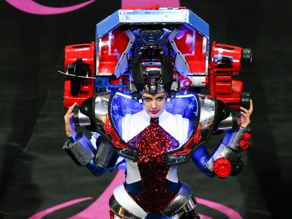 20張環球小姐「荒謬到沒人敢這樣穿出門」的奇異服裝 美國小姐化身人型《變形金剛》!