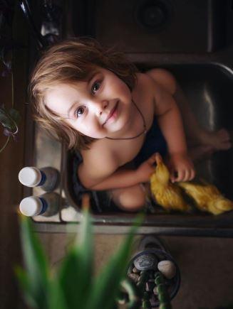 15張證明「毛孩+小孩就是天使的化身」超融化照片 小狐狸和女孩親吻太美!