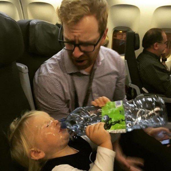26個看完覺得自己好幸福的「最悲慘瞬間的爆笑照」 寶寶吐奶呈現噴泉狀態...