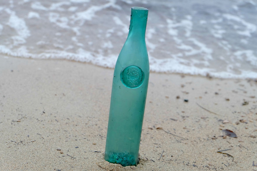 沙灘撿寶妹簡直「移動型古董磁鐵」 隨手撿個藍色瓶子...竟是200年前超稀有珍藏品!