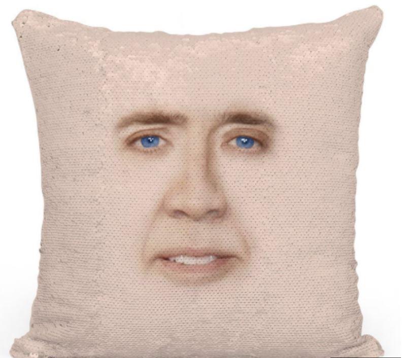 超級意義不明「人臉枕頭」粉絲搶到手軟 雙手輕輕一刷「閃閃亮片變尼可拉斯凱吉」XD