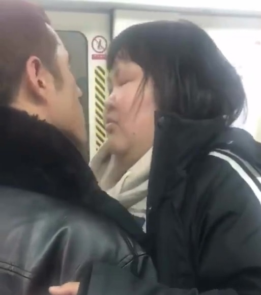 小胖妹搭電車被深情洋男擁吻 網友笑「根本屠龍騎士」最後卻被9年愛情故事打臉...絕對真愛❤