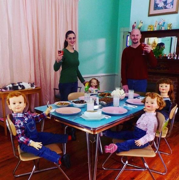 它們不會吵鬧!瘋狂夫妻「二手古董娃娃」塞滿家 週末扛著「沒靈魂的孩子」一起踏青