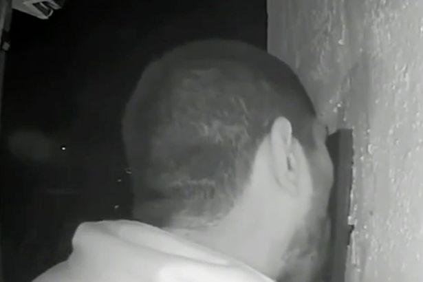 詭異男闖院子「狂舔門鈴3小時」 眼神不忘盯著攝影機...屋主傻眼:不知道該怕還是笑