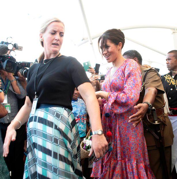 梅根不好搞!365天搞走3貼身女助理 「她的束縛太沉重」斐濟出訪畫面的表情...就看得出問題