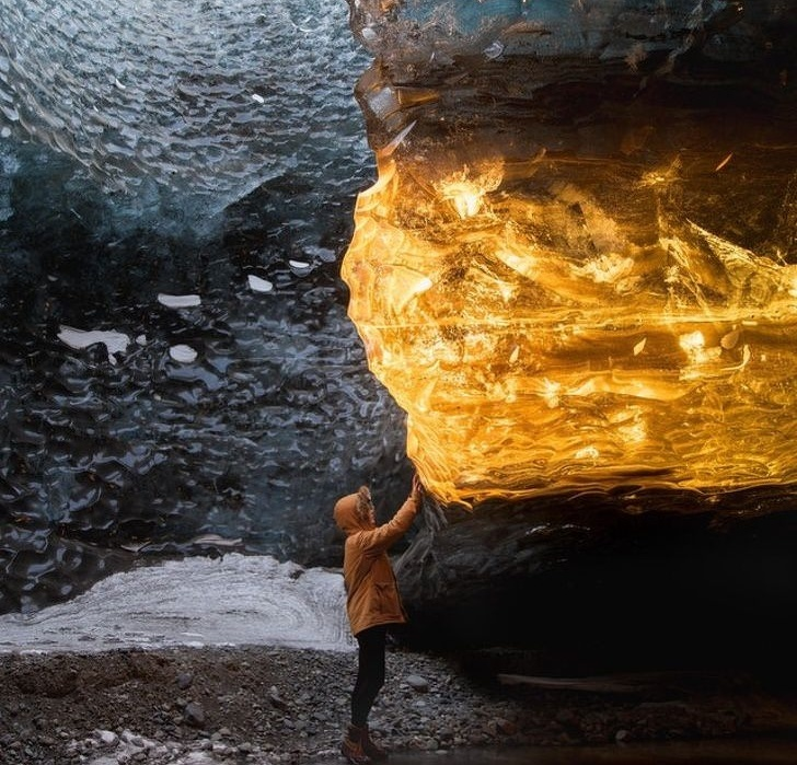 20個「就算很幸運也未必看得到」的驚人景象 冰島的冰穴變成金色水晶!