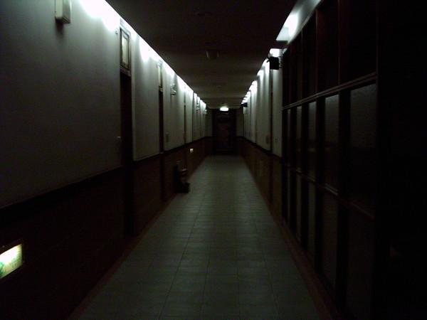 畢業前晚看到「黑白無常帶走學長」 鐵鍊拖地聲回頭:再見...下屆學弟:整面牆都是符咒!