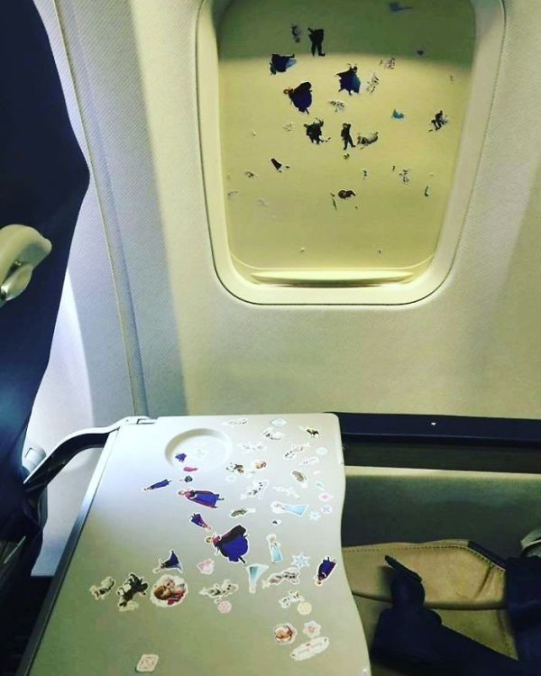 35張「連菩薩都會被惹毛」的飛機悲劇照 爆哭的屁孩不可怕...「有味道」的才是最討厭!