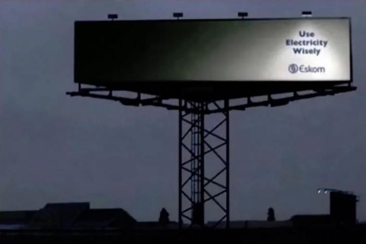 14個「人腦開發+5%」的超猛設計廣告 餐廳的招牌只做一半...天黑後它自動變「完美」