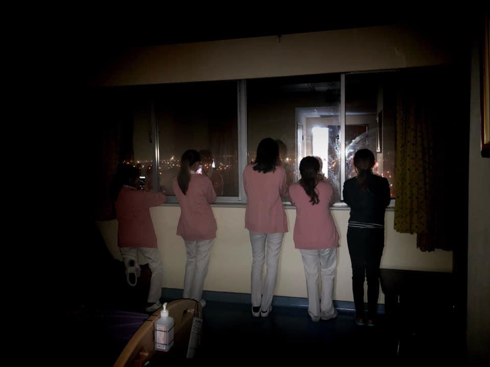 最心酸跨年照「粉色制服小天使」靠窗邊倒數30秒 背影超沉重...連歡呼都只能在心裡!