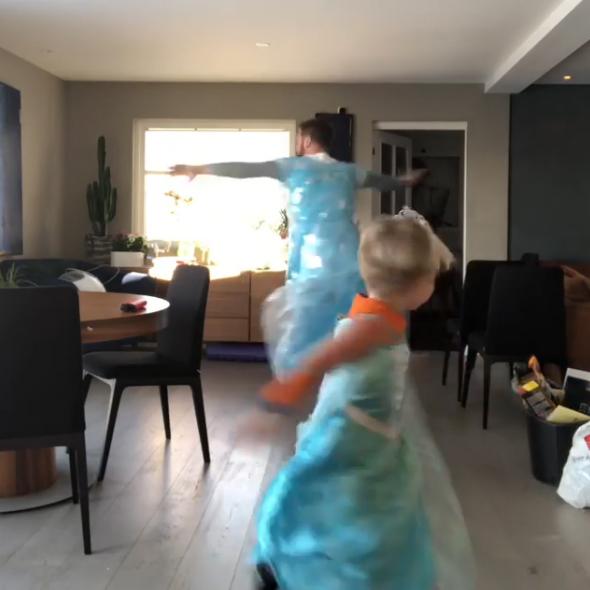 4歲女兒逼退老爸「超高傲男人尊嚴」 穿《冰雪奇緣》禮服瞬間艾莎上身...整個客廳變舞池超萌❤