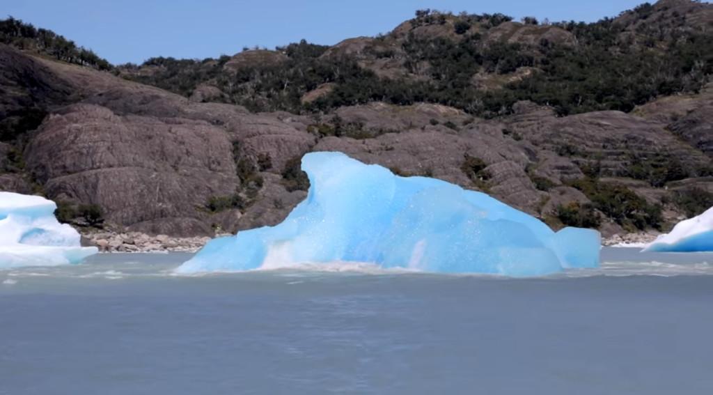 超夢幻片/攝影師幸運捕捉到「冰山翻身瞬間」 40秒巨響「雪白一角→清澈水藍」!