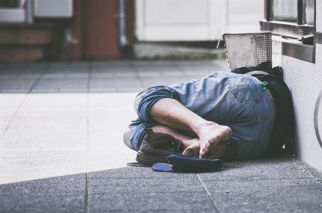 18歲小哥吵和朋友搬出去 10天後被爸媽領回「因為肚子餓淪為乞丐」迷路崩潰!
