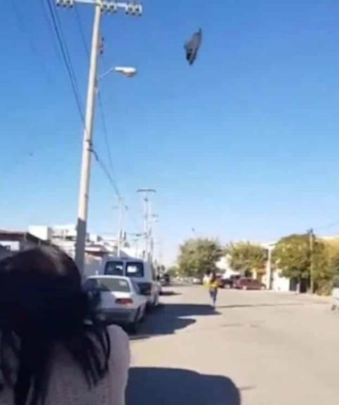 國外爆紅「虎媽教訓屁孩」的爆笑影片 把拖鞋朝30公尺外的天空丟去...女兒GG了!