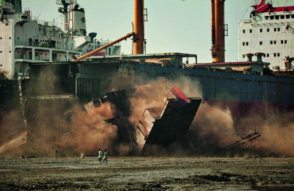 雇用小孩子「好處比大人還多」 踏爛泥拆掉一艘船...用完之後卻將他們丟路邊!