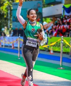 她在比賽中看到「可憐的小狗」縮路邊 自願「增加負重跑完30K」後得到獎品比冠軍還多