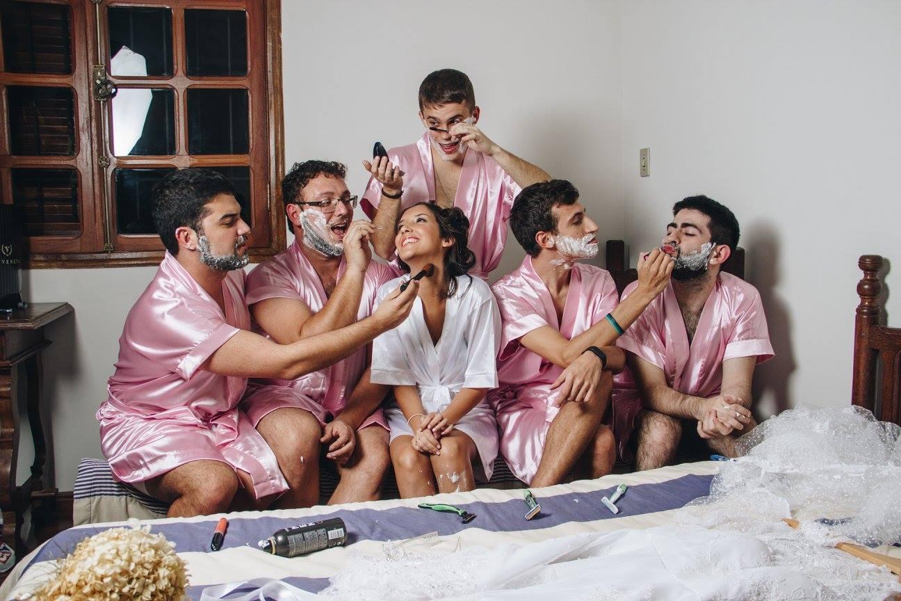 她邀請「一群大鬍子」擔任最強伴娘 穿粉紅色絲綢浴袍刮腿毛...成果美到超意外!