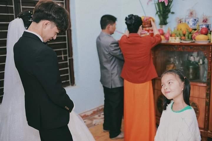 帥氣叔叔結婚到一半卻被人搶親 雙馬尾嫩妹「絕不放過的表情」太經典:你不是說要娶我?