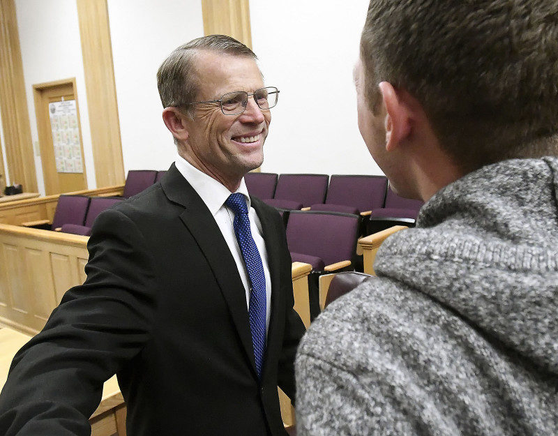 在學生面前「把活生生小狗餵烏龜」 最後卻笑著走出法庭:我是在救狗兒~