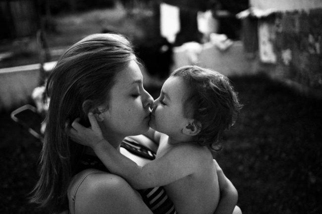 25張照片沒有任何文字「卻能讓你眼角泛淚」 因保護家園離開1歲女...重遇一刻直接說明了「愛」