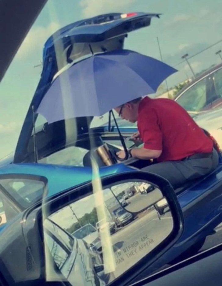 18張「根本可以拍成電影」的超戲劇性照片 在車內找不到鑰匙超崩潰...外面路人卻都笑翻了