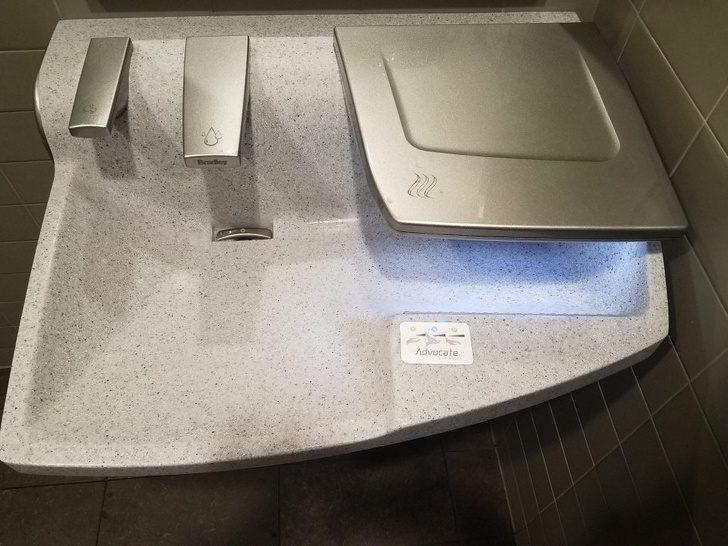 19個「直接把身邊的日用品升級30倍」的超聰明設計 可以充手機的賣場手推車!