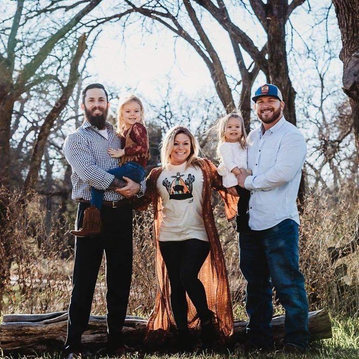 並不是同志!「兩名爸爸+一名女兒」拍攝超有愛家庭照 原因讓網友泛淚:為了孩子