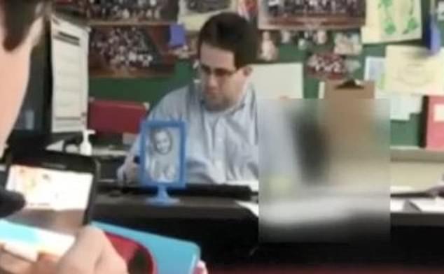 男老師坐講台左手「在桌下超自然移動」 警察直接上銬帶走...他爸卻力挺:我兒子很乖!