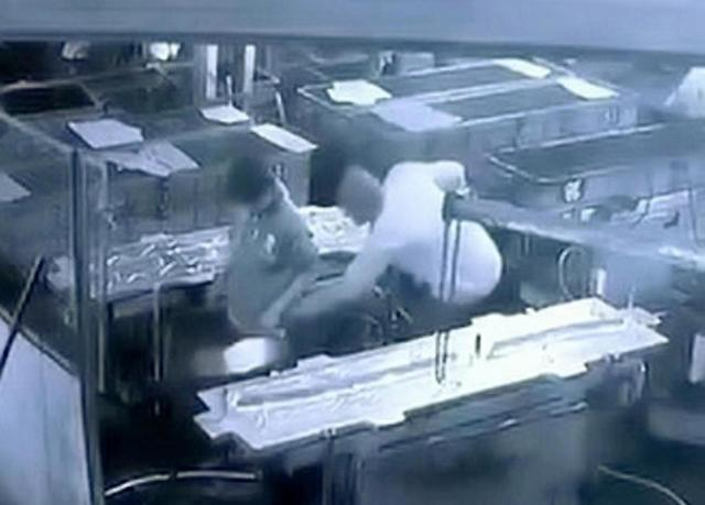 無腦主管拿噴槍對員工「隔褲子拜觀音」他秒軟 15天後心跳停止...腸子全壞!