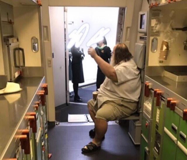 200kg胖老外咆哮「逼空服員幫忙擦屁股」惹眾怒 長榮回應了:應該拒絕以維持尊嚴