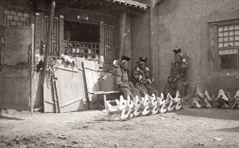 90年前的內蒙古生活照大曝光 「貴族的頭飾」完全就是前輩版星際大戰...真的太奢華!