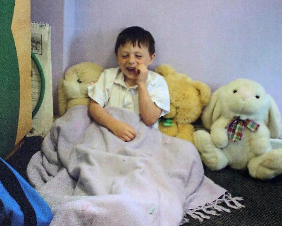 從6歲開始「睡著時間比醒著還多」 他變成真實版《睡美人》只要睜開眼就要瘋狂進食!