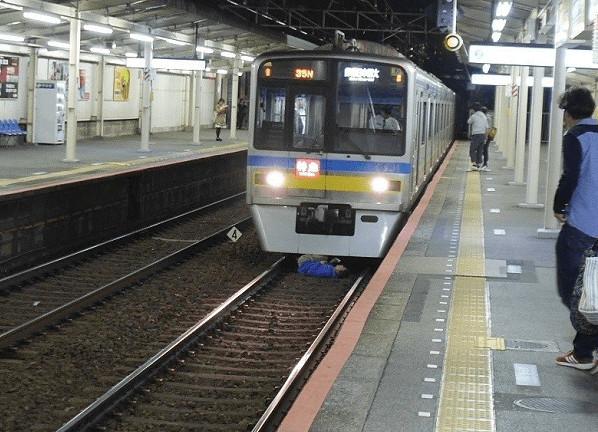 日本女OL流感「老闆不准假」 等地鐵到一半直接「掉進閻羅王家門口」