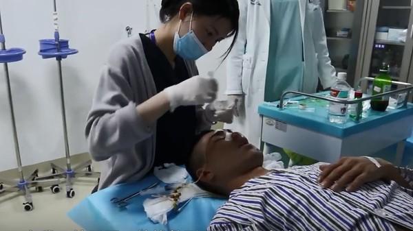 交通事故讓「左臉變大窟窿」男子做40幾次重建手術 摯愛接受求婚反而被網友酸爆