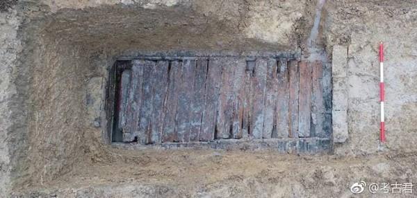 小鎮村挖出700年前棺木 上面蓋上「神秘泥土」出土時整尊發光閃亮...女網友:給我來點抹臉上