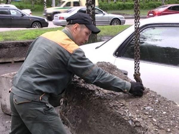 在台灣其實很幸福...俄國對付違停超狠方法 靠「兩個土塊」讓駕駛直接嚇哭!
