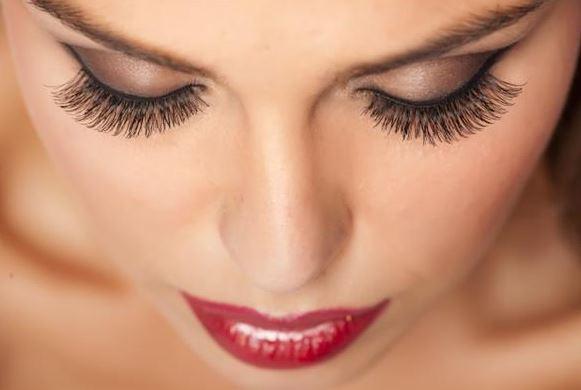 50歲婦人去逛街「眼睛卻快燒起來」 醫生看她「珍藏的化妝品」傻眼:20年前買的?