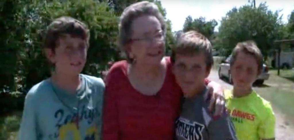 獨居奶奶在家聽到「詭異聲音」 意外發現4名少年在後院偷偷摸摸…才知道他們在救她!