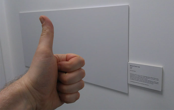 設計師的辦公室牆壁破洞 他機智放上「超爆笑小板子」…老闆一看馬上動工!