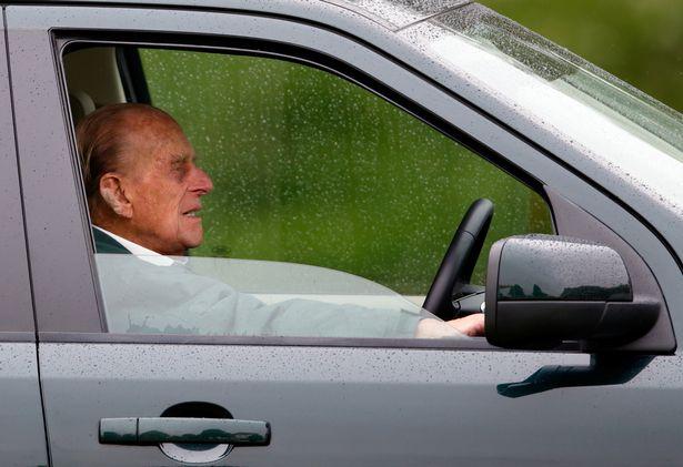 97歲菲利普親王開車開到「整台併軌」 全身爬出後...不到幾小時再開新車登場!