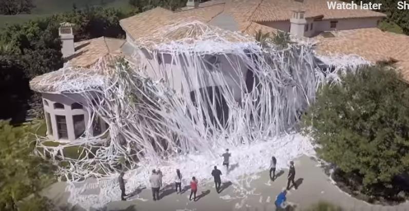 他用「4000卷衛生紙」把豪宅纏成瀑布 「好萊塢名人屋主」傻眼→暴怒:好笑嗎?